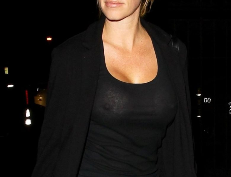 Seductive TV Personality Kendra Wilkinson Shows Her Tits in Public