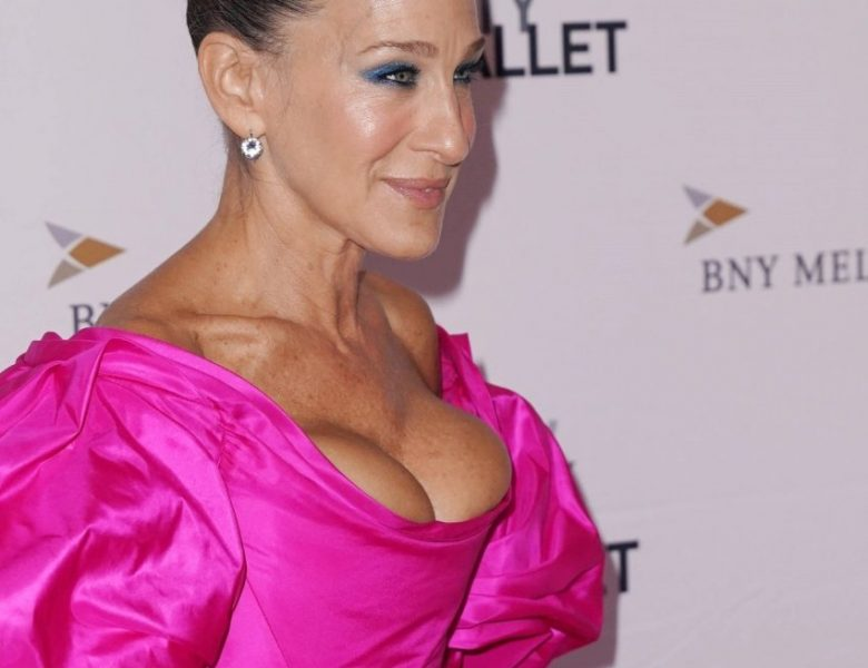 MILF Actress Sarah Jessica Parker Showing Ample Cleavage in a Colorful Dress
