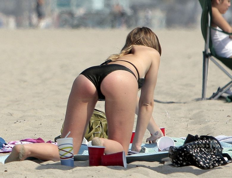 Gossip Girl Actress Leighton Meester Showing Her Perky Bikini Bum