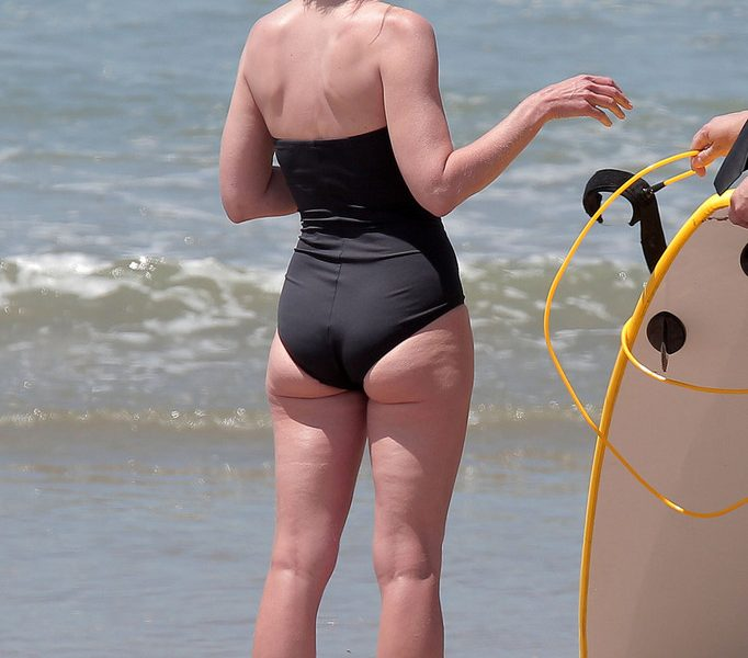 Mature Beauty Helen Hunt Looks Hot AF in Her One-Piece Black Swimsuit