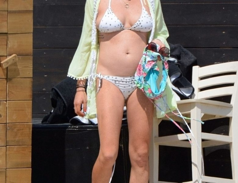 Lindsay Lohan Bikini Pictures – Sexy Babe Looks Great in Different Swimsuits