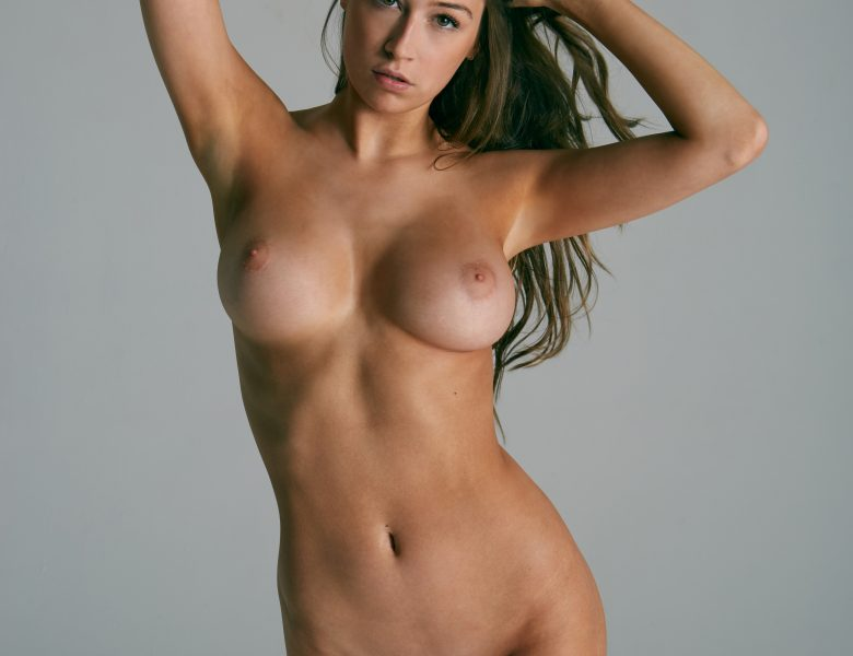 Fully Naked Elsie Hewitt Captivates Your Attention in High Quality